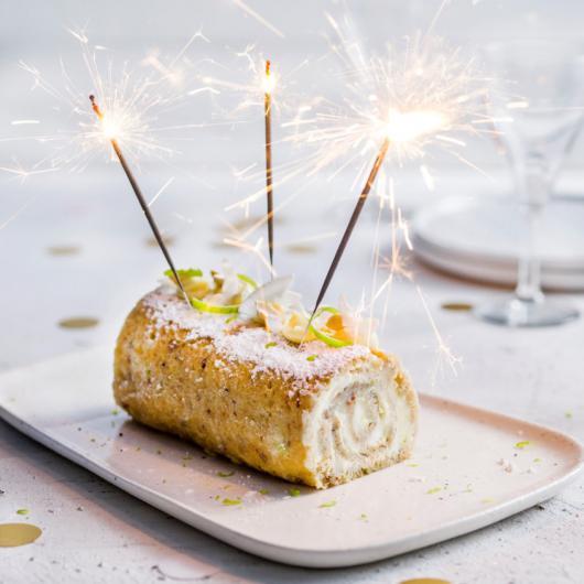 Verjaardagsbroodcakerol met limoen en kokos
