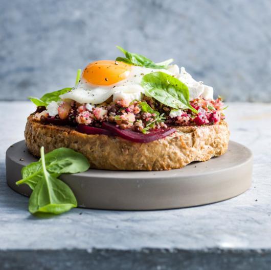 Toast végétarien aux betteraves et au quinoa